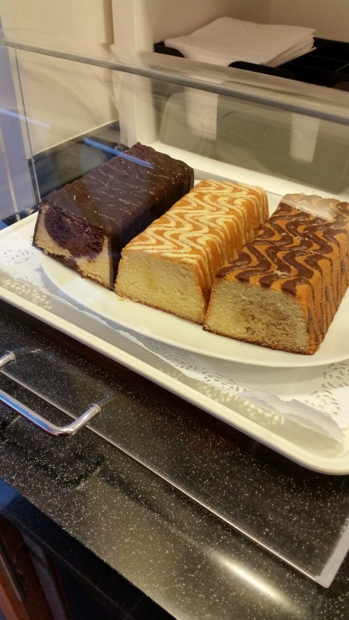 cathay-pacific-first-class-lounge-cake