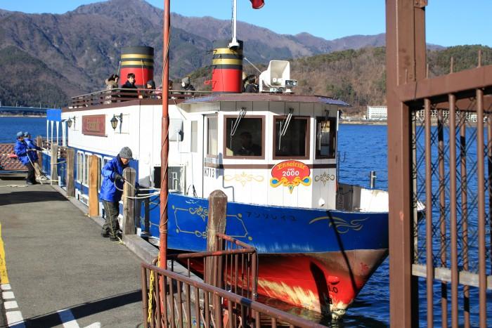 lake kawaguchi pleasure boat 700x467 - A day trip to Mt. Fuji & Kawaguchiko from Tokyo, Japan