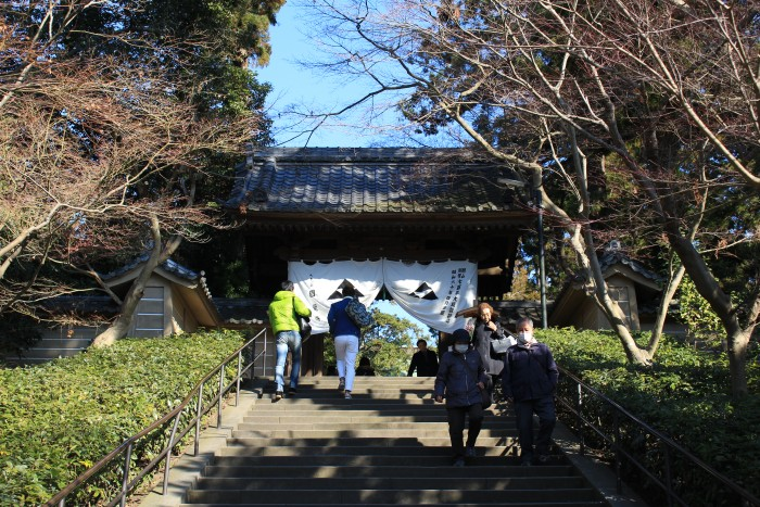 engaku ji entrance 700x467 - A day trip to Kamakura from Tokyo, Japan
