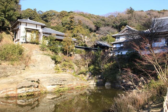 engakuji temple gardens 700x467 - A day trip to Kamakura from Tokyo, Japan