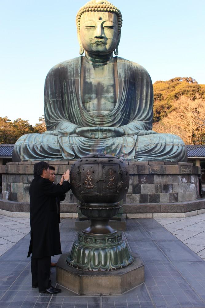 great buddha kamakura prayers 667x1000 - A day trip to Kamakura from Tokyo, Japan