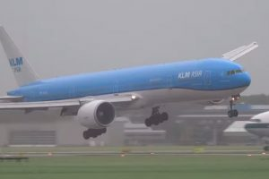 klm landing high winds amsterdam 300x200 - Video: KLM plane lands in strong winds in Amsterdam
