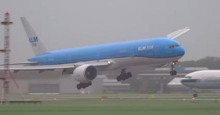 klm landing high winds amsterdam 700x368 - Video: KLM plane lands in strong winds in Amsterdam