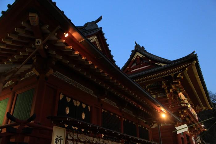 tsurugaoka hachimangu night 700x467 - A day trip to Kamakura from Tokyo, Japan