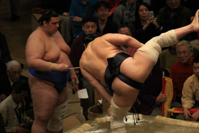 sumo leg stomp 700x467 - Attending the Grand Sumo Tournament in Tokyo, Japan