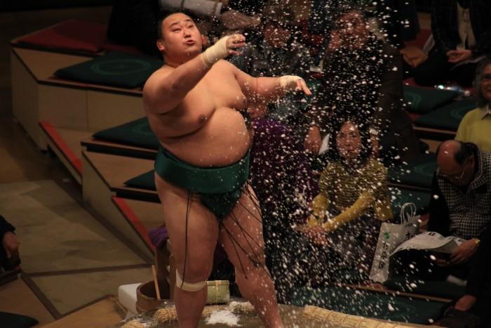 sumo salt toss 700x467 - Attending the Grand Sumo Tournament in Tokyo, Japan