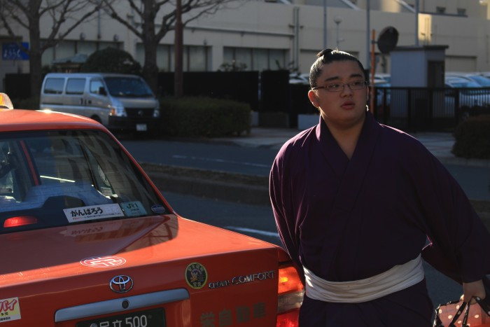 sumo wrestler taxi 700x467 - Attending the Grand Sumo Tournament in Tokyo, Japan