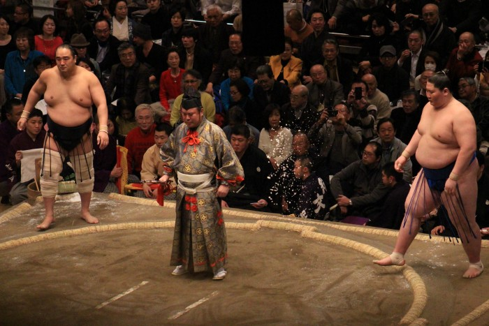 sumo wrestlers ring 700x467 - Attending the Grand Sumo Tournament in Tokyo, Japan
