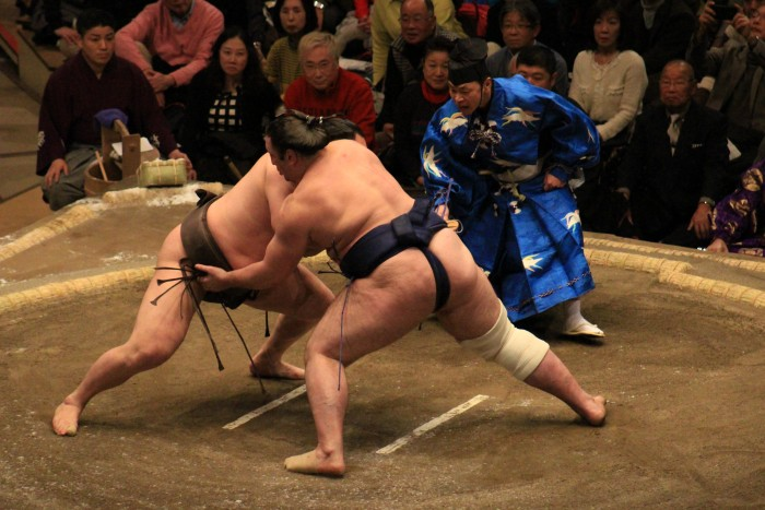 sumo wrestling match 700x467 - Attending the Grand Sumo Tournament in Tokyo, Japan