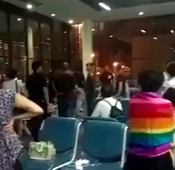 chinese tourists sing national anthem bangkok - Chinese tourists get angry & sing national anthem due to delayed flight in Thailand