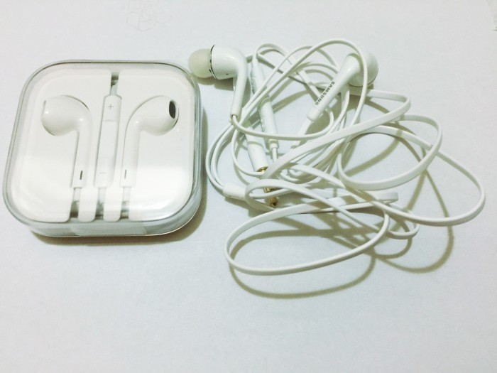 earbuds 700x525 - Travel Tip: Throw extra earbuds in your travel bags