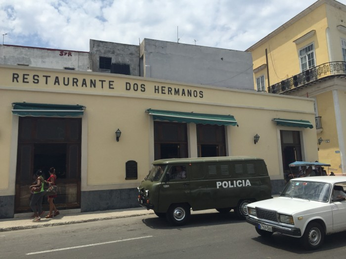 dos hermanos 700x525 - Drinking with Ernest Hemingway in the bars of Havana Vieja