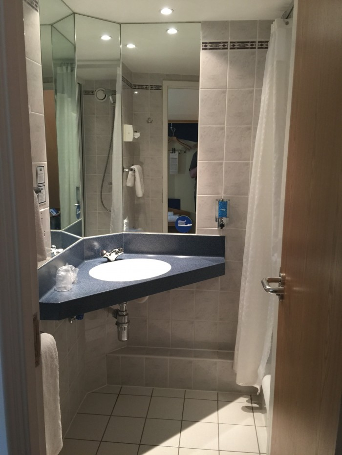 holiday inn express glasgow city centre riverside bathroom 700x933 - Holiday Inn Express Glasgow City Centre Riverside review