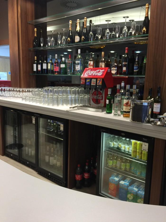 upperdeck lounge glasgow bar 700x933 - Upperdeck Airport Lounge Glasgow GLA review