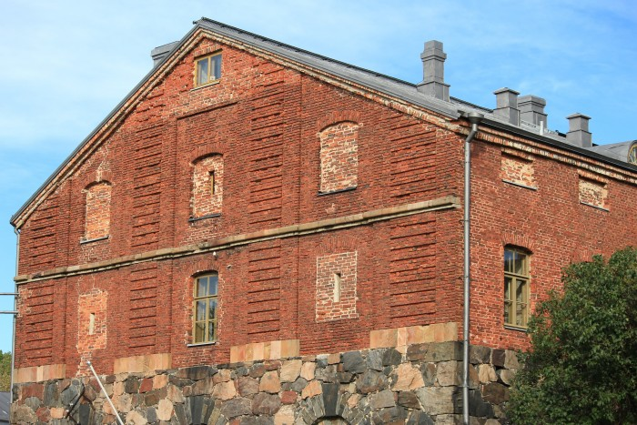 suomenlinna brick building 700x467 - Exploring the Suomenlinna Sea Fortress in Helsinki, Finland