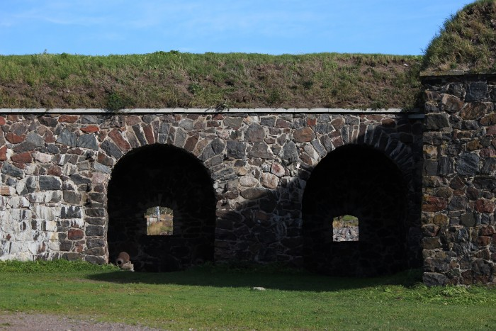 suomenlinna walls 700x467 - Exploring the Suomenlinna Sea Fortress in Helsinki, Finland