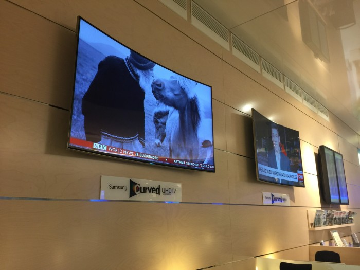 finnair lounge helsinki tvs 700x525 - Finnair Lounge Helsinki HEL non-Schengen review