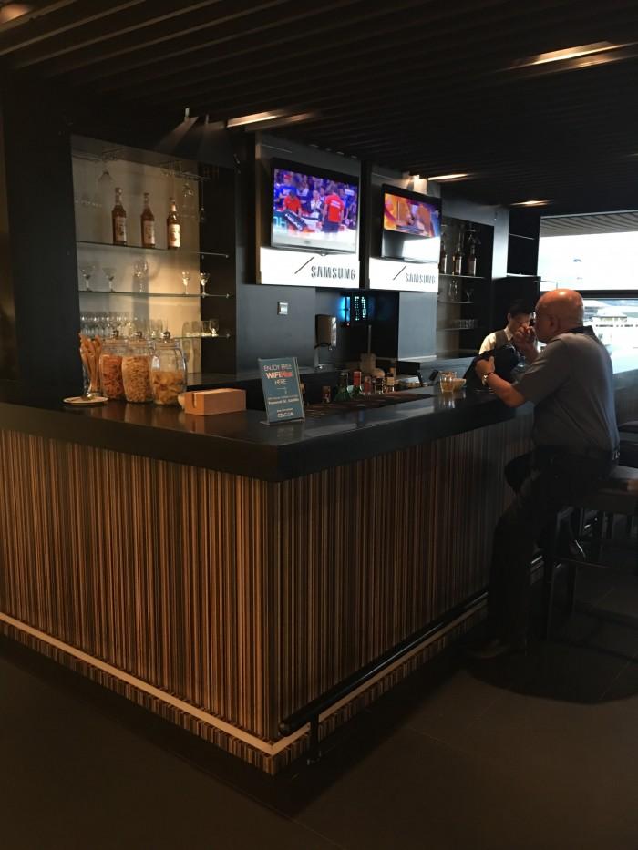 Malaysia-Airlines-Golden-Lounge-Kuala-Lumpur-satellite-bar