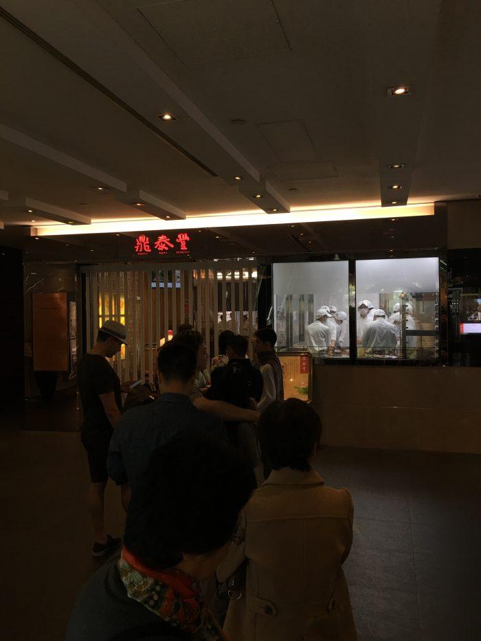 din tai fung causeway bay line 700x933 - More dim sum in Hong Kong - Din Tai Fung & Dim Sum Square