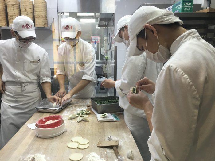 din tai fung chefs 700x525 - More dim sum in Hong Kong - Din Tai Fung & Dim Sum Square