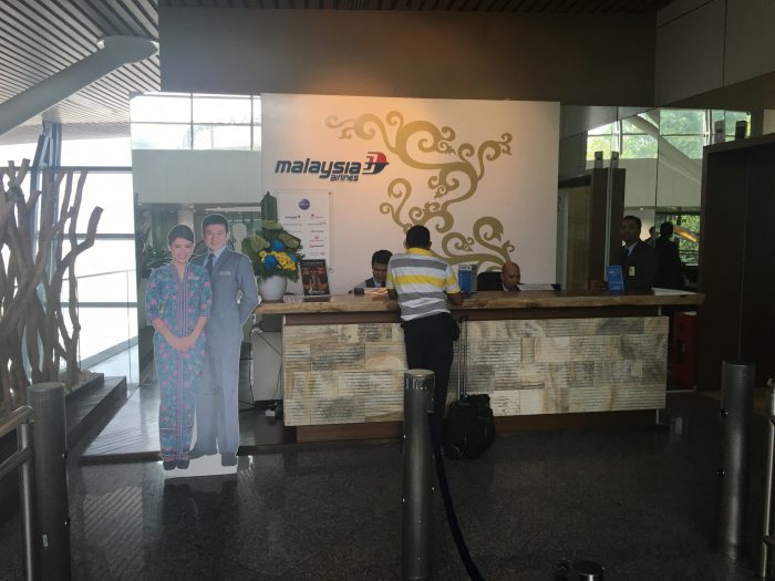 malaysia airlines golden regional lounge kuala lumpur entrance 700x525 - Malaysia Airlines Golden Regional Lounge Kuala Lumpur KUL review