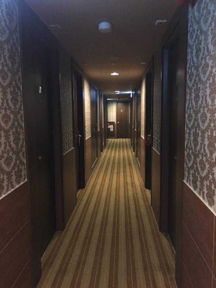 grand city hotel hong kong hallway 700x933 - Grand City Hotel Hong Kong review