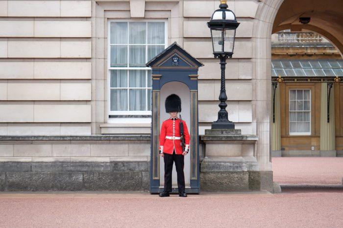 buckingham palace guard 700x467 - A nice walk through Central London from Kensington Gardens to Borough Market