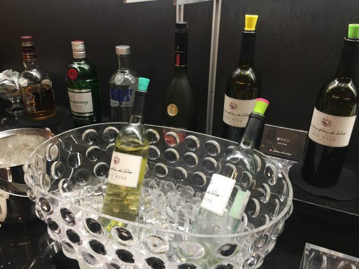 japan airlines sakura lounge san francisco sfo liquor wine 700x525 - Japan Airlines JAL Sakura Lounge San Francisco SFO review