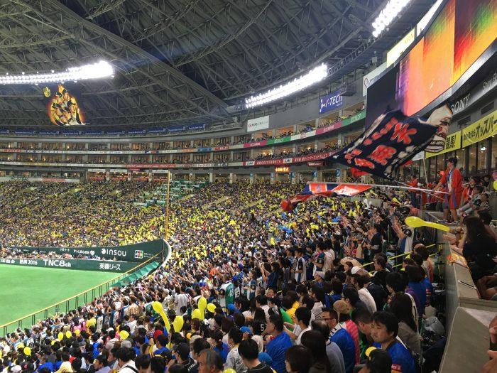 attending a japanese baseball game fans 700x525 - Attending a Fukuoka SoftBank Hawks Japanese baseball game