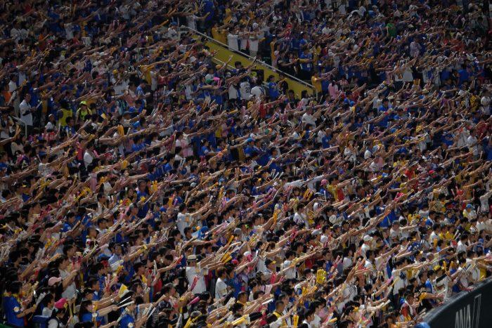 japanese baseball fans 700x467 - Attending a Fukuoka SoftBank Hawks Japanese baseball game