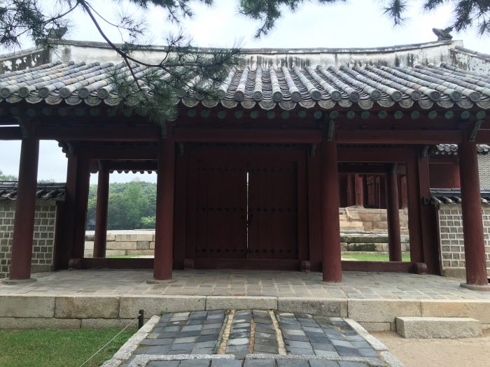 jongmyo shrine buildings 700x525 - A visit to Jongmyo Shrine in Seoul, South Korea
