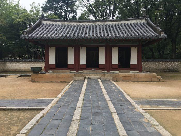 jongmyo shrine paths 700x525 - A visit to Jongmyo Shrine in Seoul, South Korea