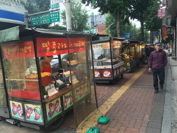 jongno food stands 700x525 - A visit to Jongmyo Shrine in Seoul, South Korea