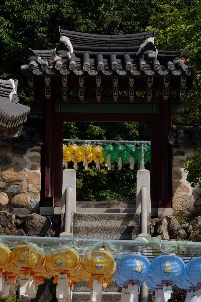 bulguksa temple gate 667x1000 - A day trip from Busan to Gyeongju, South Korea