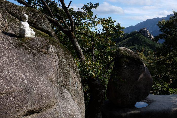 heundeulbawi 700x467 - Hiking in Seoraksan National Park - Heundeulbawi Rock, Gyejoam Grotto, & Ulsanbawi Rock