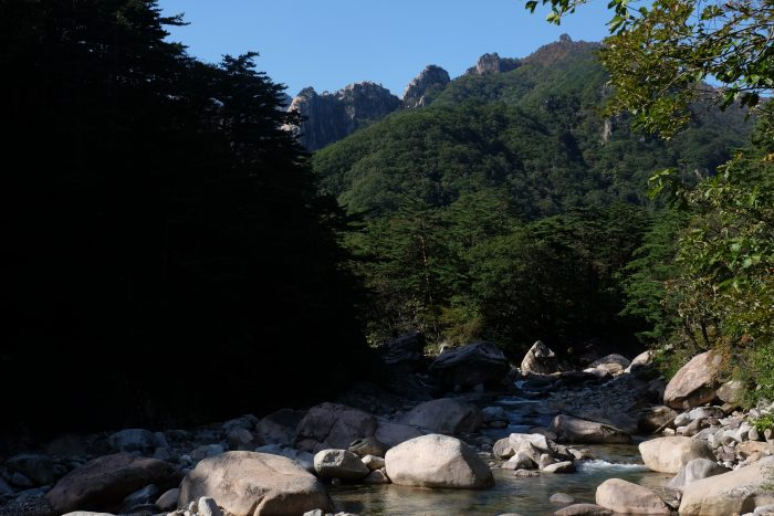 seoraksan national park biseondae hike river 700x467 - Hiking in Seoraksan National Park - Biseondae