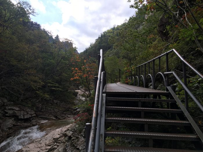 seoraksan national park hiking trail elevated path 700x525 - Hiking in Seoraksan National Park - Biseondae
