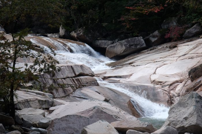 seoraksan national park river water hiking 700x467 - Hiking in Seoraksan National Park - Biseondae