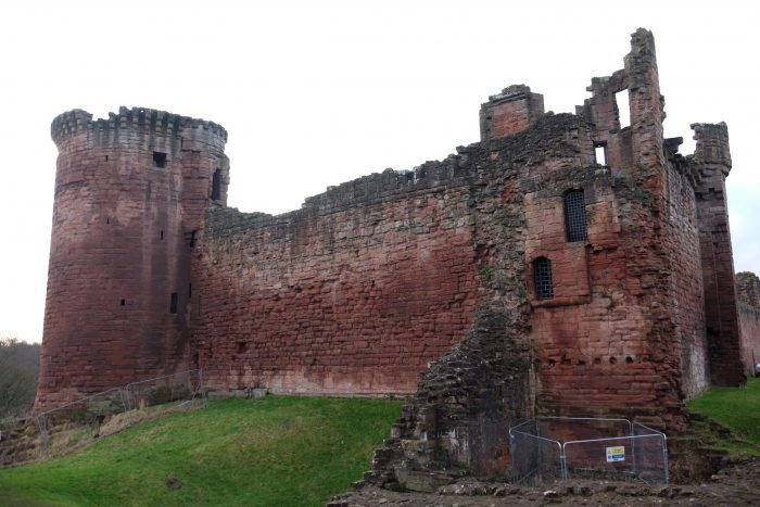 bothwell castle exterior 700x467 - A day trip from Glasgow to Bothwell Castle