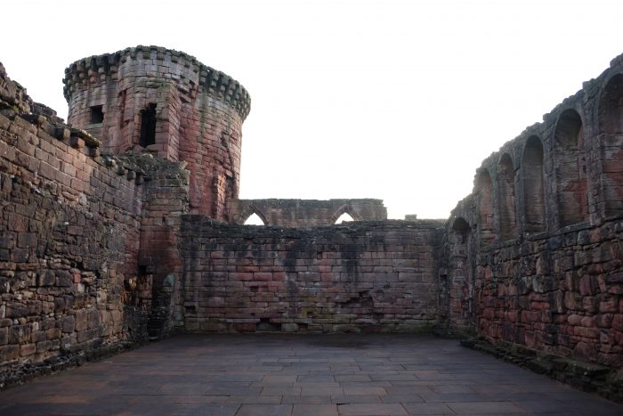 bothwell castle great hall 700x467 - A day trip from Glasgow to Bothwell Castle