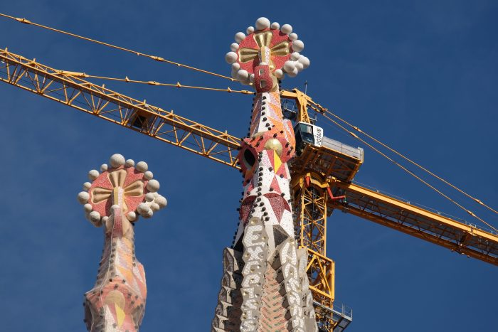 sagrada familia spires cranes 700x467 - A visit to the Sagrada Familia in Barcelona, Spain