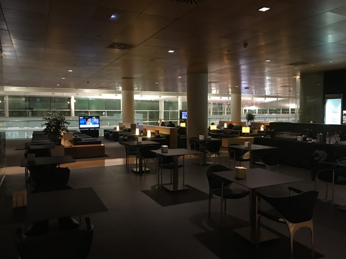 sala vip joan miro lounge barcelona airline lounge 700x525 - Sala VIP Joan Miró Lounge Barcelona BCN review