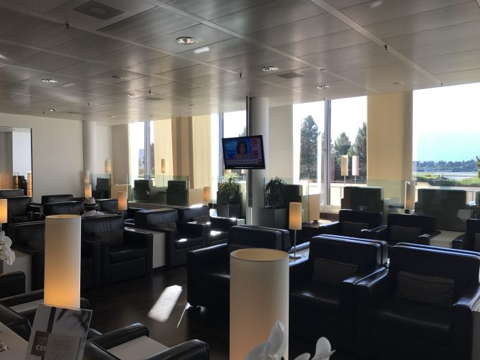 dnata skyview lounge geneva airport 700x525 - Dnata SkyView Lounge Geneva Airport GVA review
