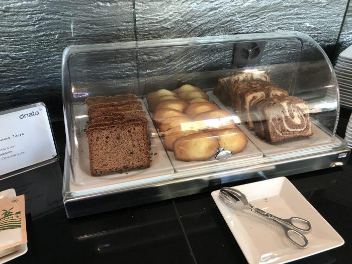 dnata skyview lounge geneva airport cake 700x525 - Dnata SkyView Lounge Geneva Airport GVA review