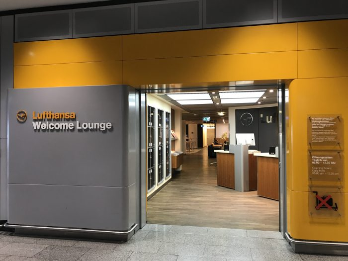 lufthansa welcome lounge frankfurt airport entrance 700x525 - Lufthansa Welcome Lounge Frankfurt Airport FRA review