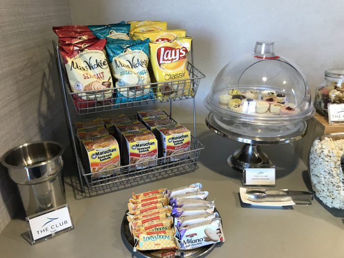 the club pittsburgh lounge snacks 700x525 - The Club at Pittsburgh International Airport review
