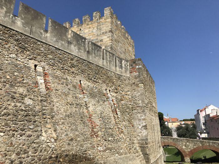 sao jorge castle lisbon 700x525 - A visit to Sao Jorge Castle & Alfama in Lisbon, Portugal