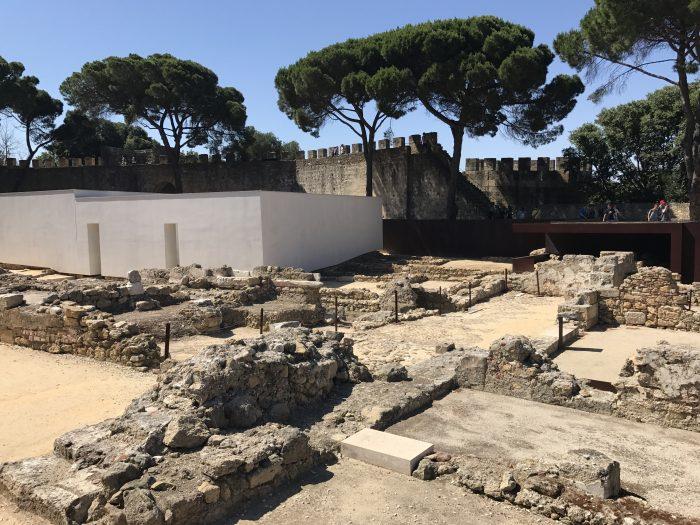 sao jorge castle ruins 700x525 - A visit to Sao Jorge Castle & Alfama in Lisbon, Portugal