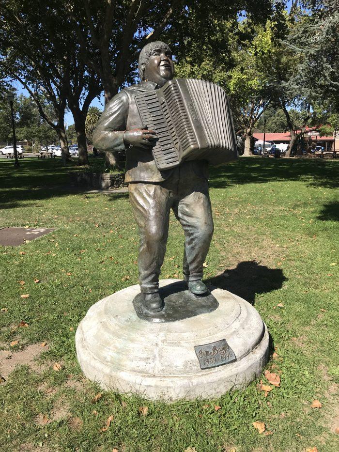 statue accordéon cotati jim boggio 700x933 - La meilleure bière artisanale de Cotati, Californie