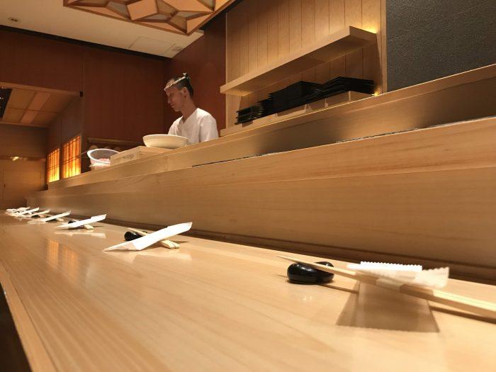 manten sushi marunouchi counter 700x525 - Eating omakase at Manten Sushi Marunouchi in Tokyo, Japan